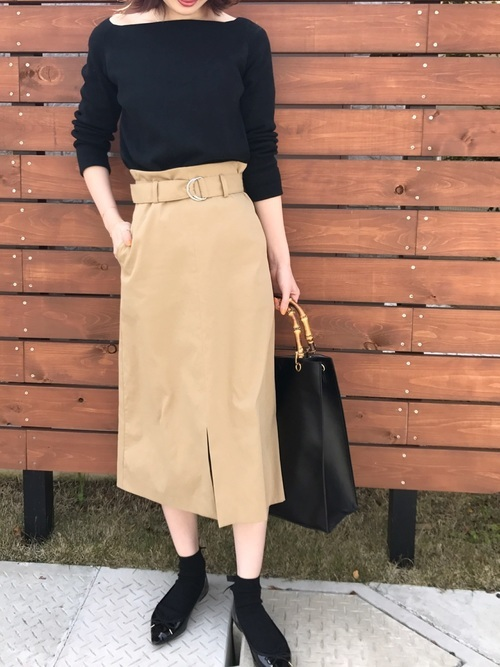 黒ニット×ベージュタイトスカート