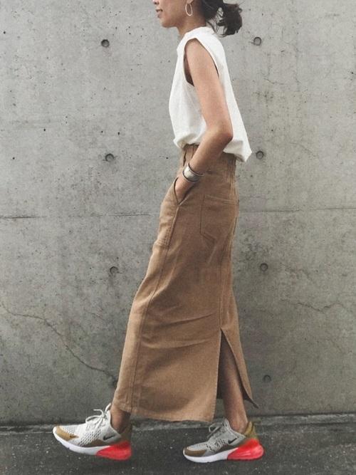 白タンクトップ×ベージュタイトスカート