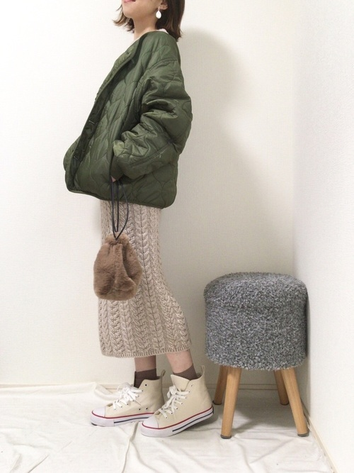 GU(ジーユー)のベージュタイトスカート×キルティングジャケット