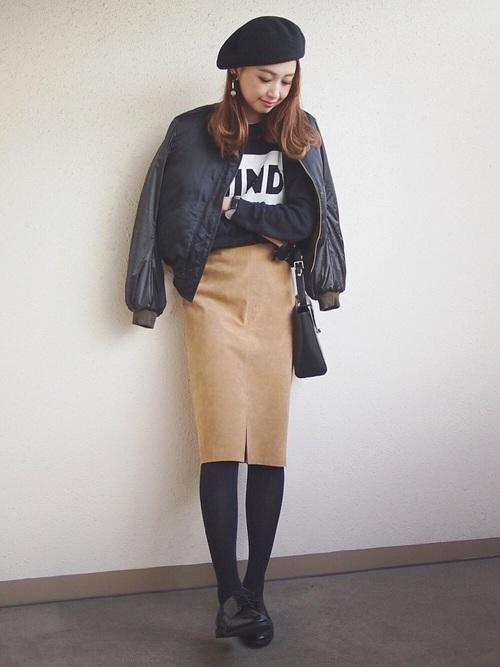 黒ブルゾン×ベージュタイトスカート