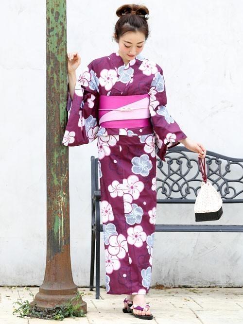 紫浴衣×モノトーン巾着のコーデ