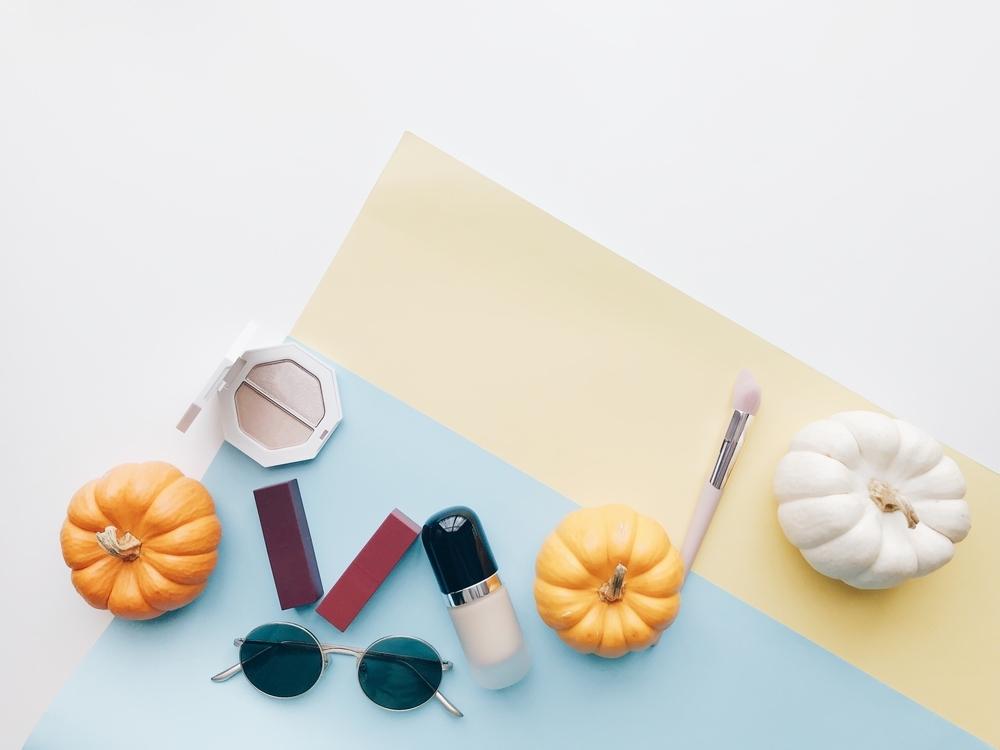 化粧品とカボチャのオブジェ