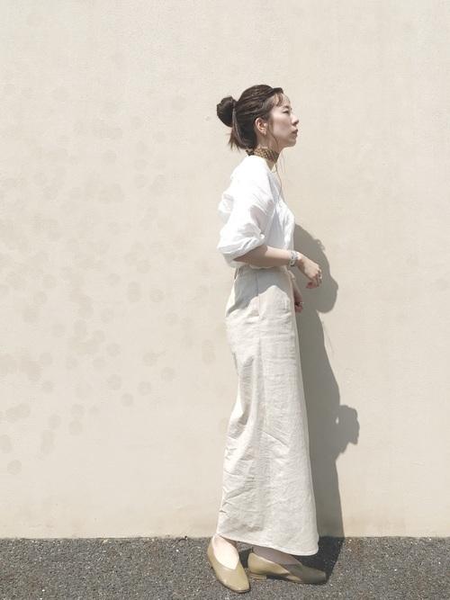 シャツ×ベージュスカート