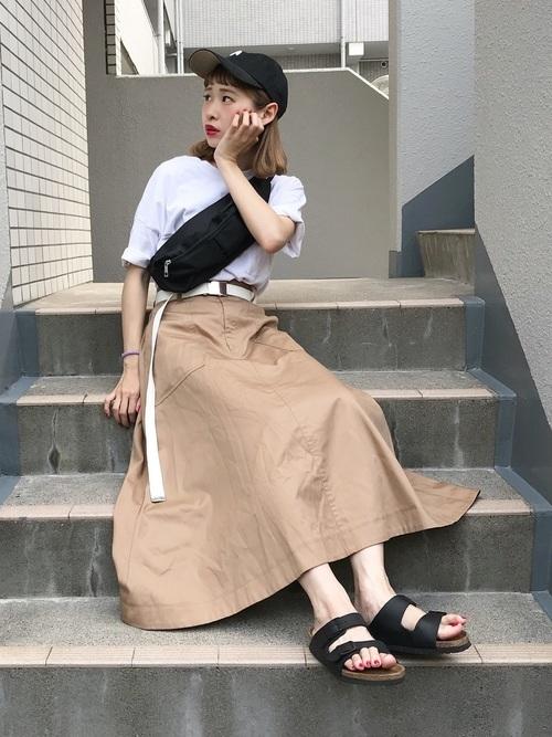 Tシャツ×ベージュスカート