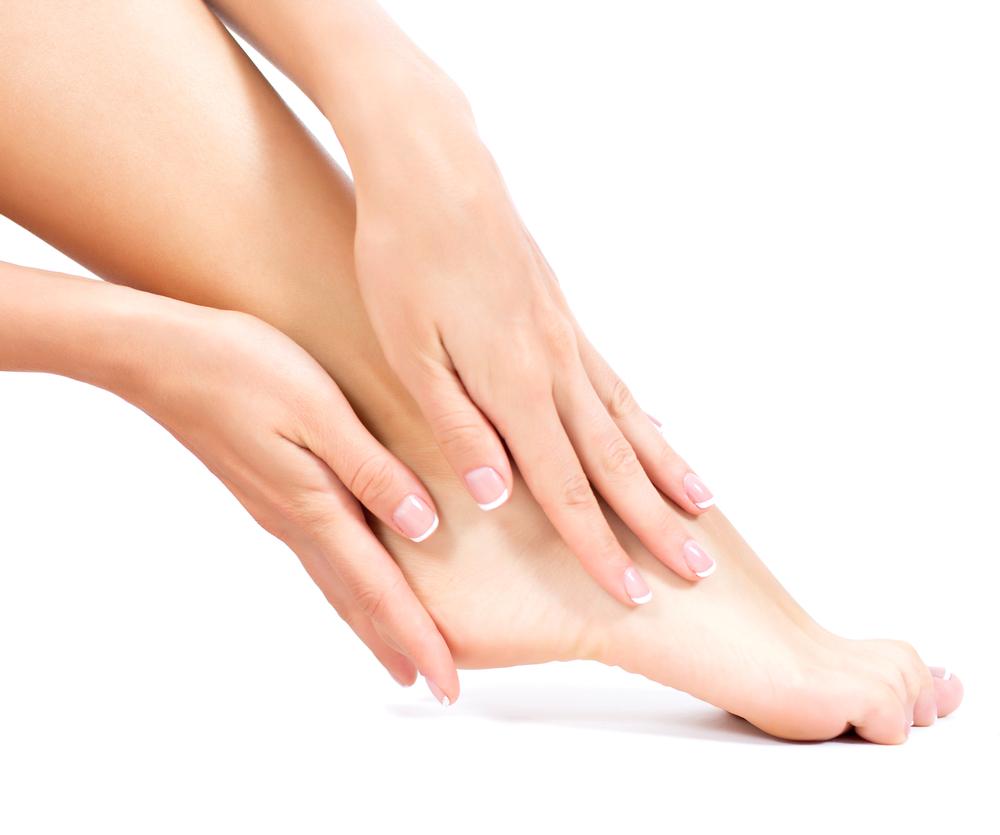 女性の手と足首