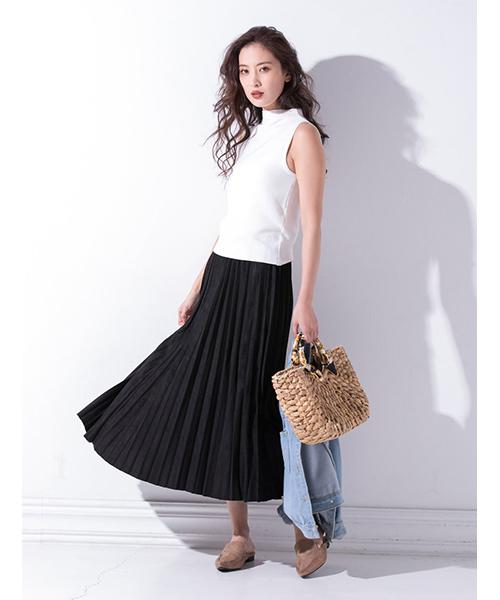 タンクトップと黒のロングスカート