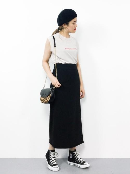 Tシャツと黒のロングスカート