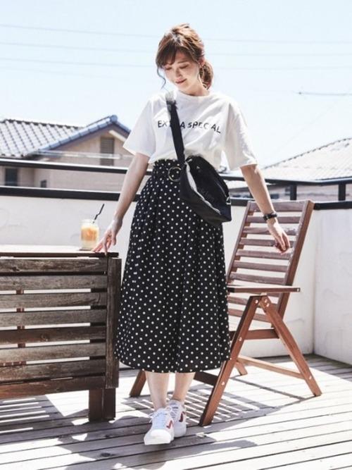 Tシャツとドット柄ロングスカート
