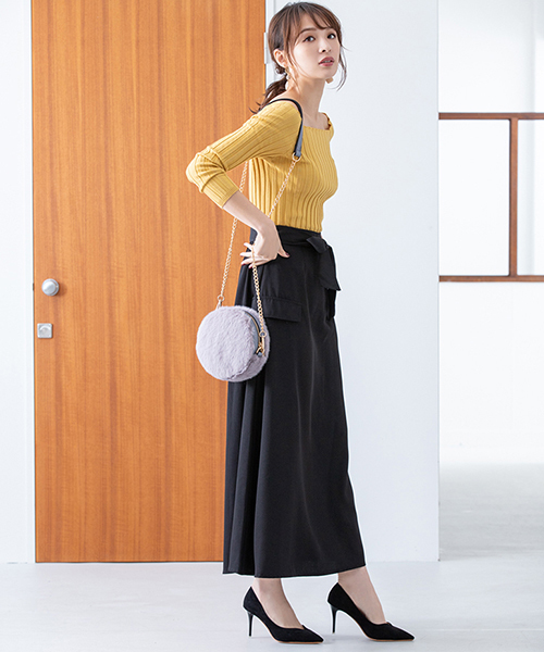 黄色ニットと黒ロングスカート