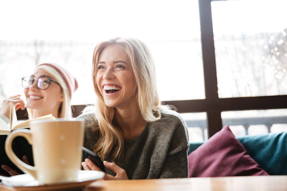 カフェでくつろいでいる女性達