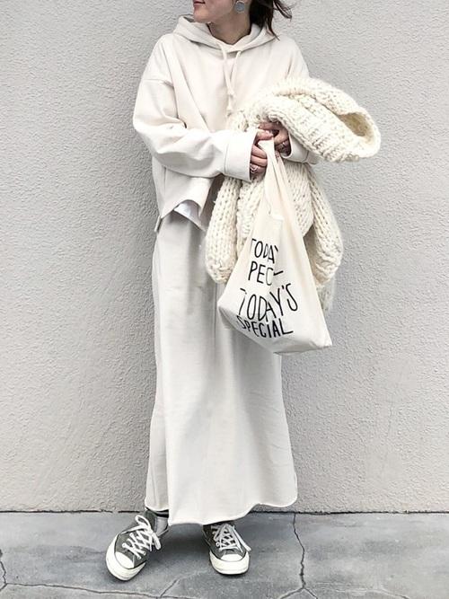 パーカーを使った冬のオールホワイトコーデ