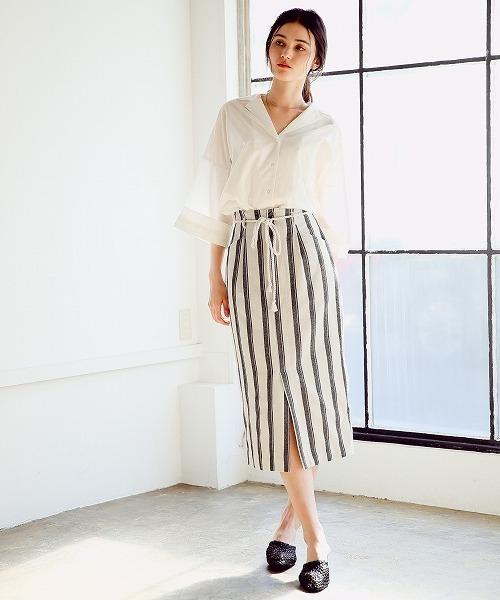 ブラウス×ストライプタイトスカート