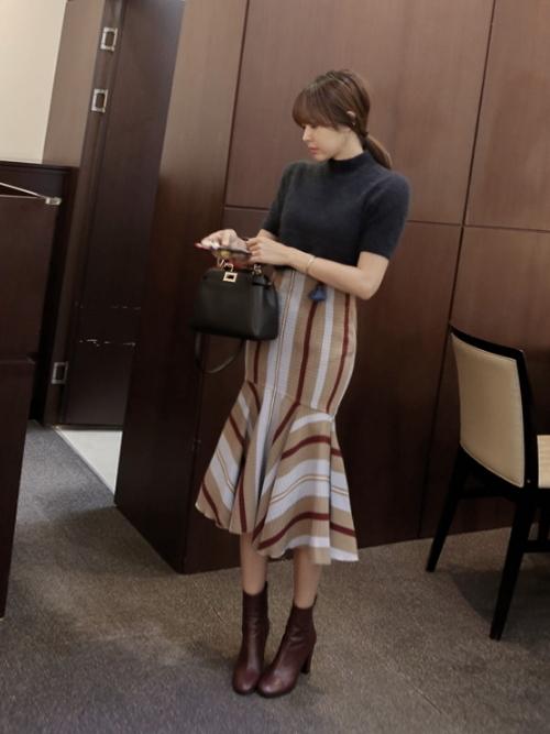 ニット×ストライプタイトスカート