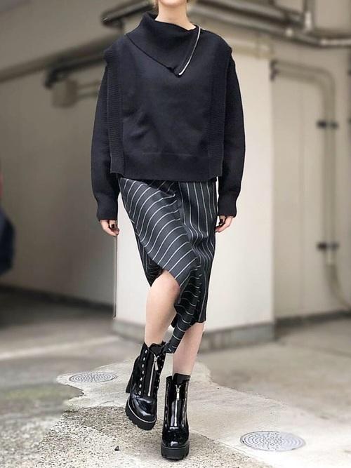 黒ニット×ストライプタイトスカート
