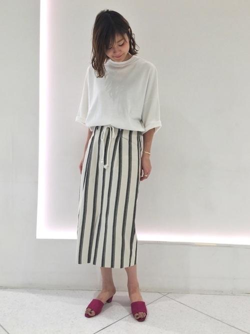 白トップス×ストライプタイトスカート