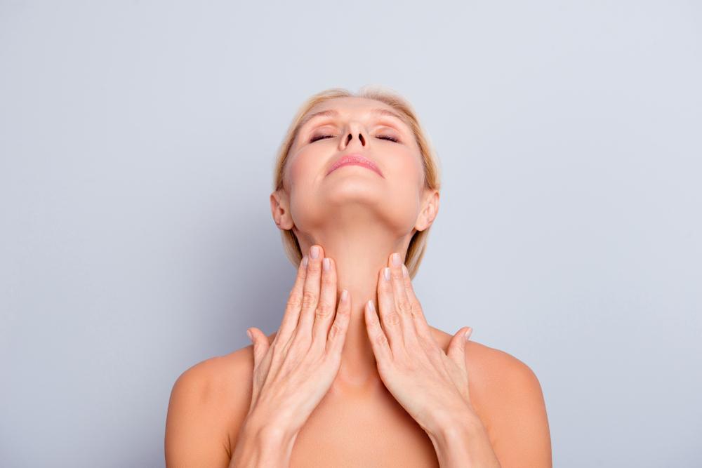 首を伸ばしている女性