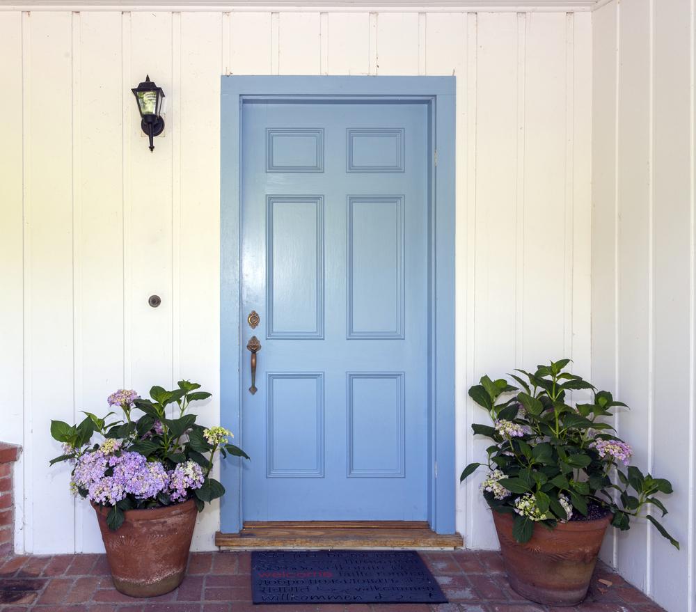 青い色の玄関