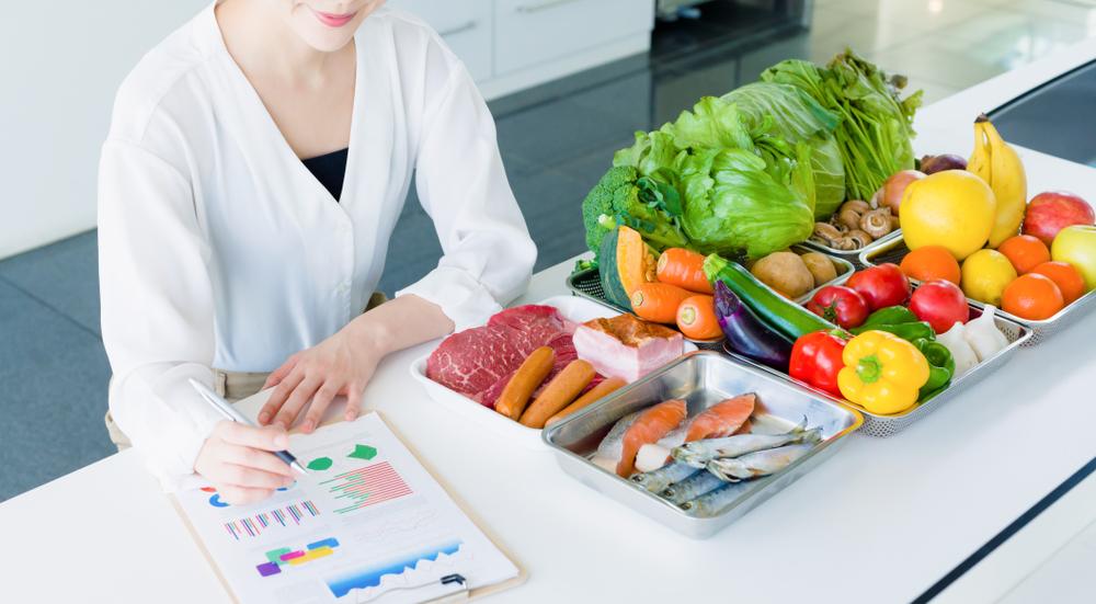 太りやすい40代の女性が栄養バランスの取れた食事を計画