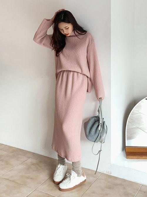 くすみピンクのスカートのコーデ