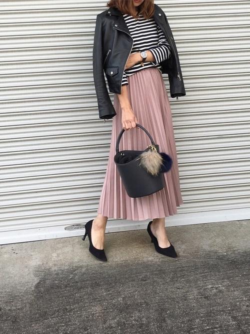 くすみピンクのスカートの秋コーデ