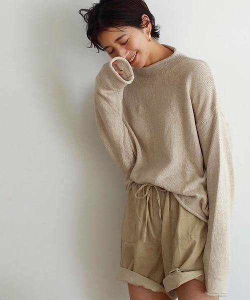 ベージュの綿麻素材のセーターを使ったコーデ