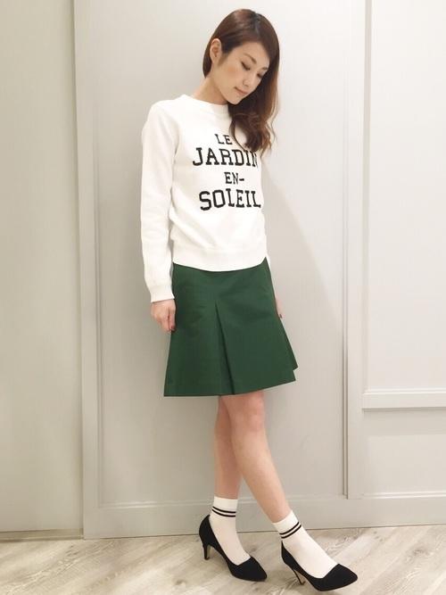グリーンのボックスプリーツスカートコーデ