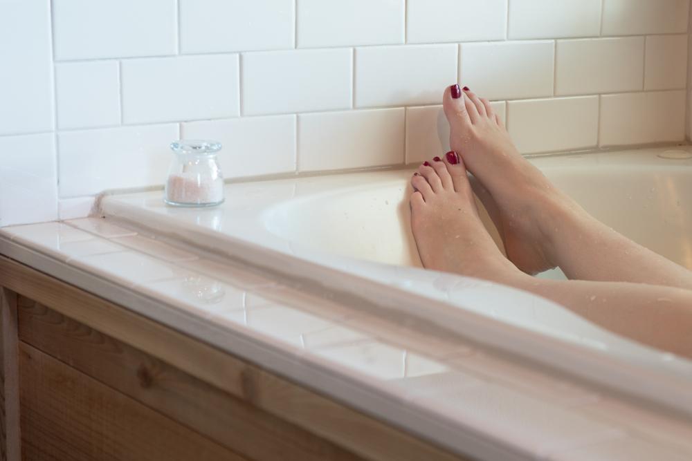 バスソルトを入れて入浴中の女性