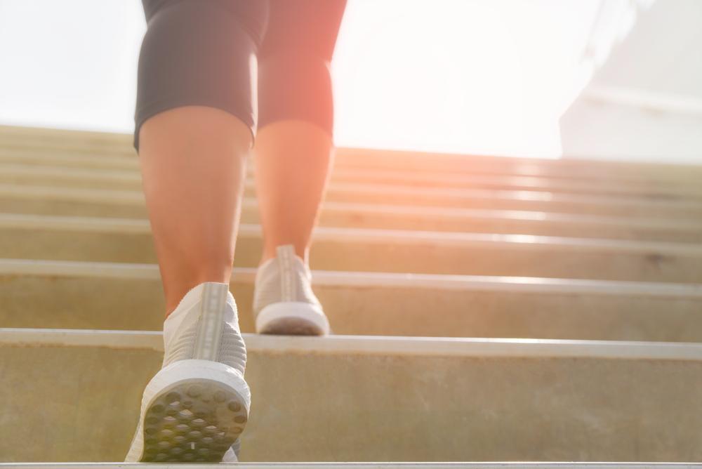 階段でトレーニングをする女性の足