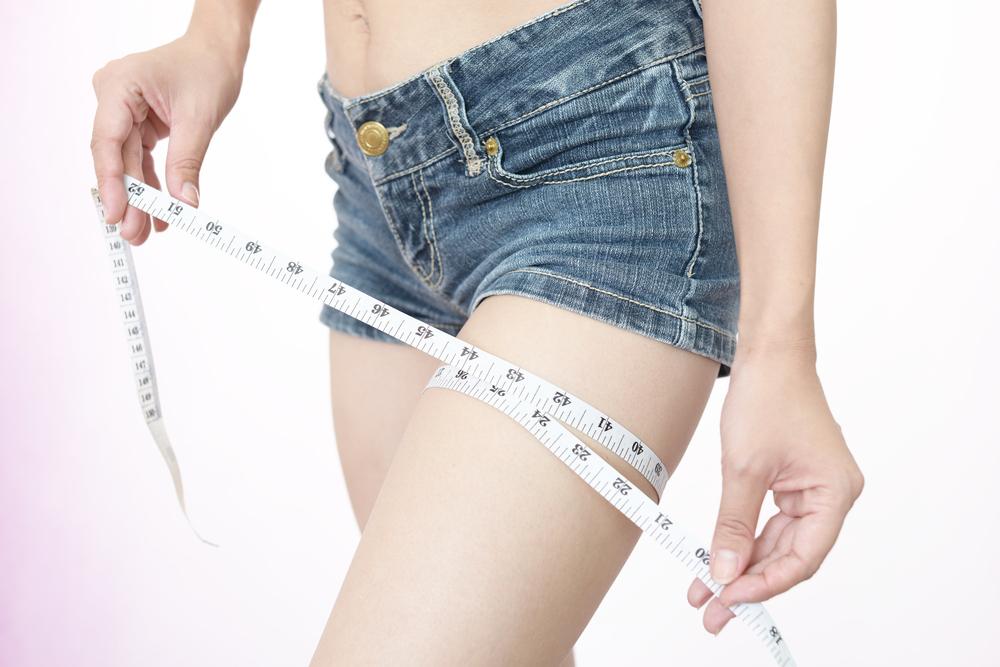太ももを測る女性