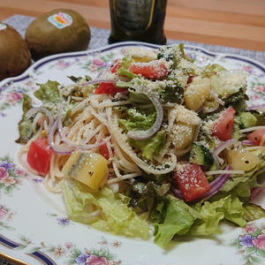 キウイ入り冷製サラダカッペリーニ