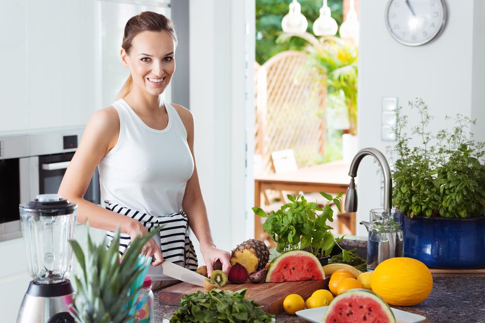 キウイダイエットをしている女性