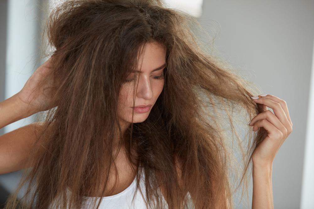 ボサボサの髪と困る女性