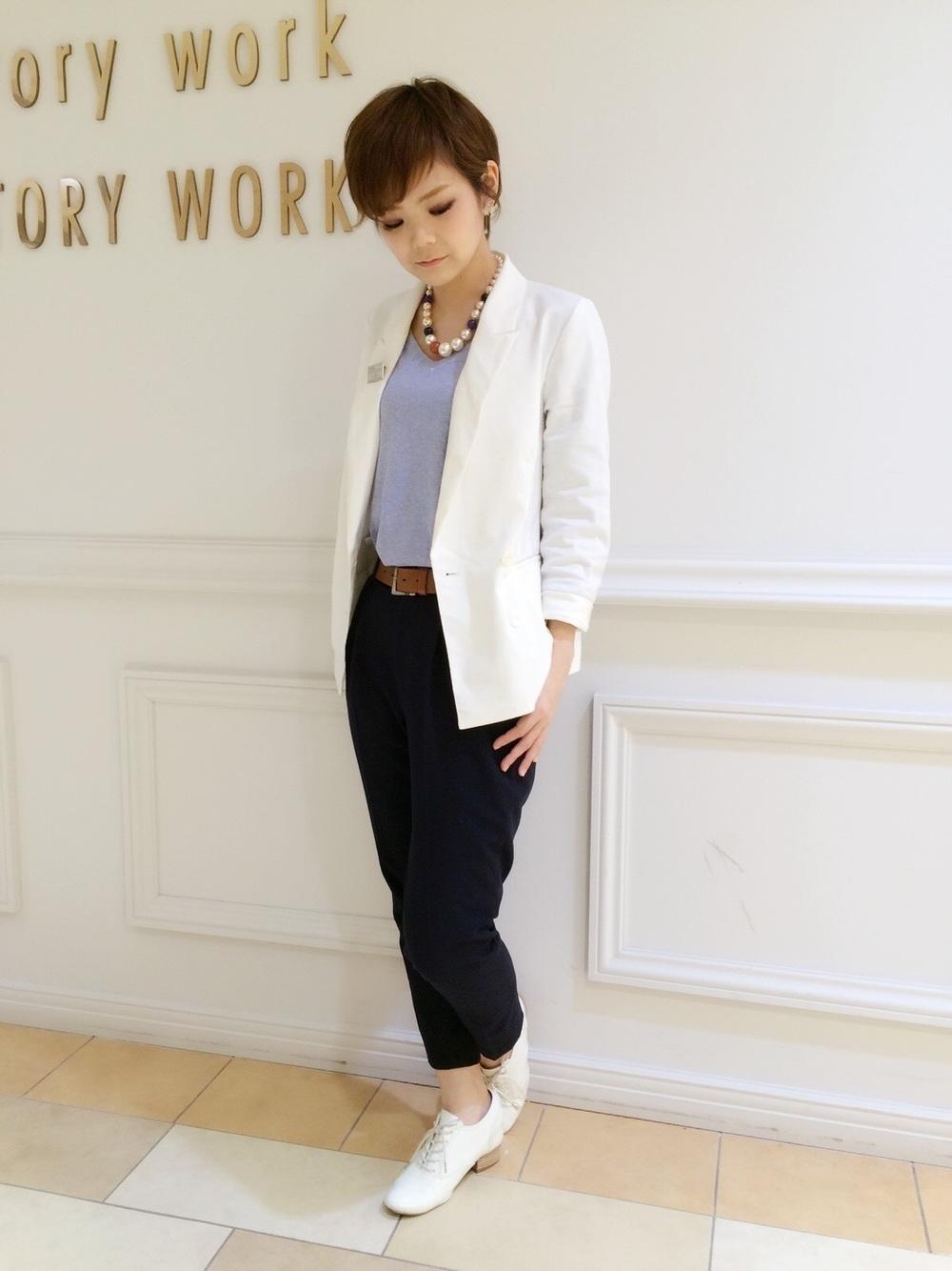 白ジャケットと紺パンツ
