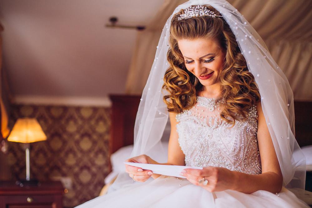 結婚祝いの寄せ書きを読んでいる花嫁