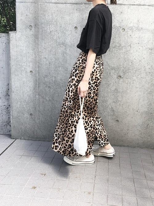 Tシャツ×レオパード柄スカートの夏の黒コーデ