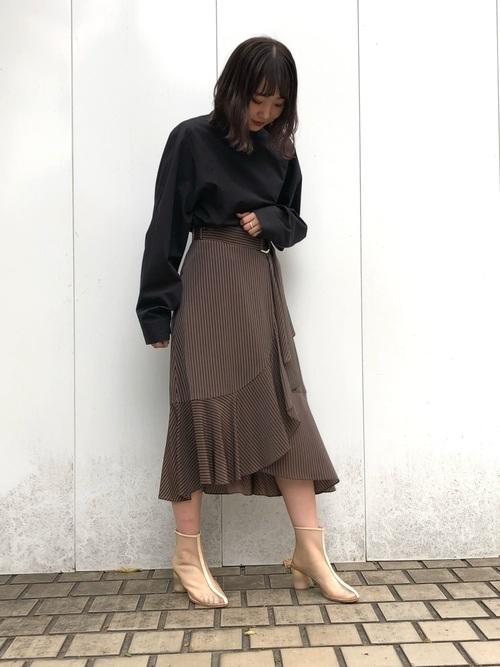 スカートの黒シャツコーデ