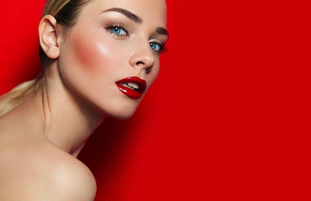 赤いチークをしている女性