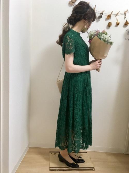 緑のワンピを使った小柄さんのファッション