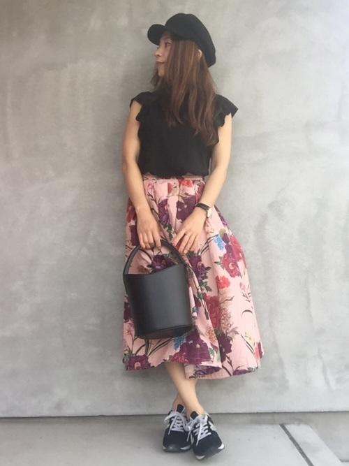 黒ブラウス×ピンクベージュスカート