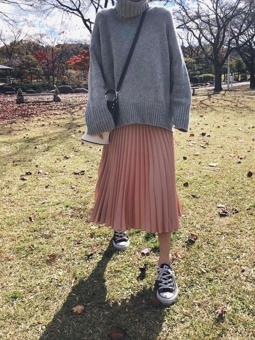 グレーニット×ピンクベージュスカート