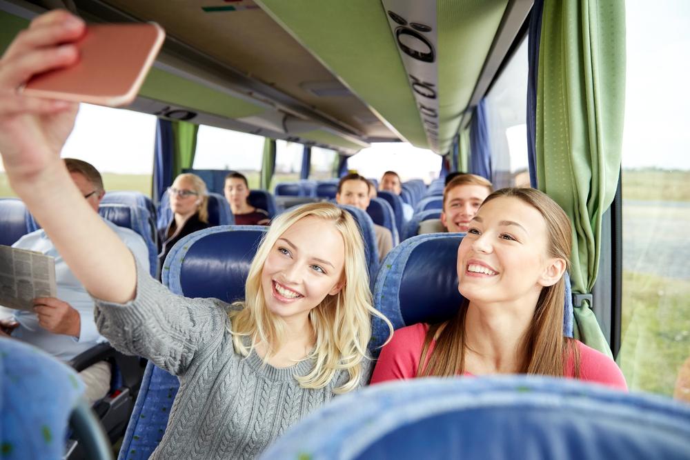 バス旅行をする女性