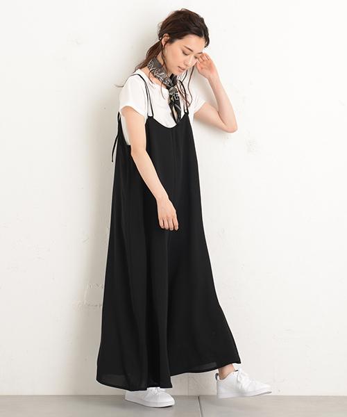 黒のサロペット×白Tシャツのコーデ
