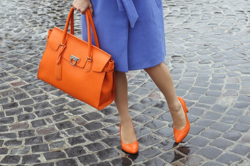 革バッグを持つ女性