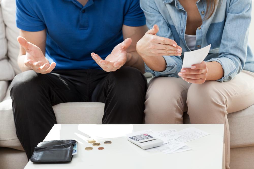 お金の使い方でイライラしている同棲中のカップル