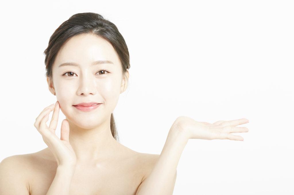 顔にウユクリームを塗る女性