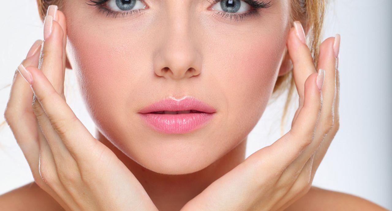 皮脂のせいで目立つ毛穴の解消法!皮脂と毛穴の関係や対策とは