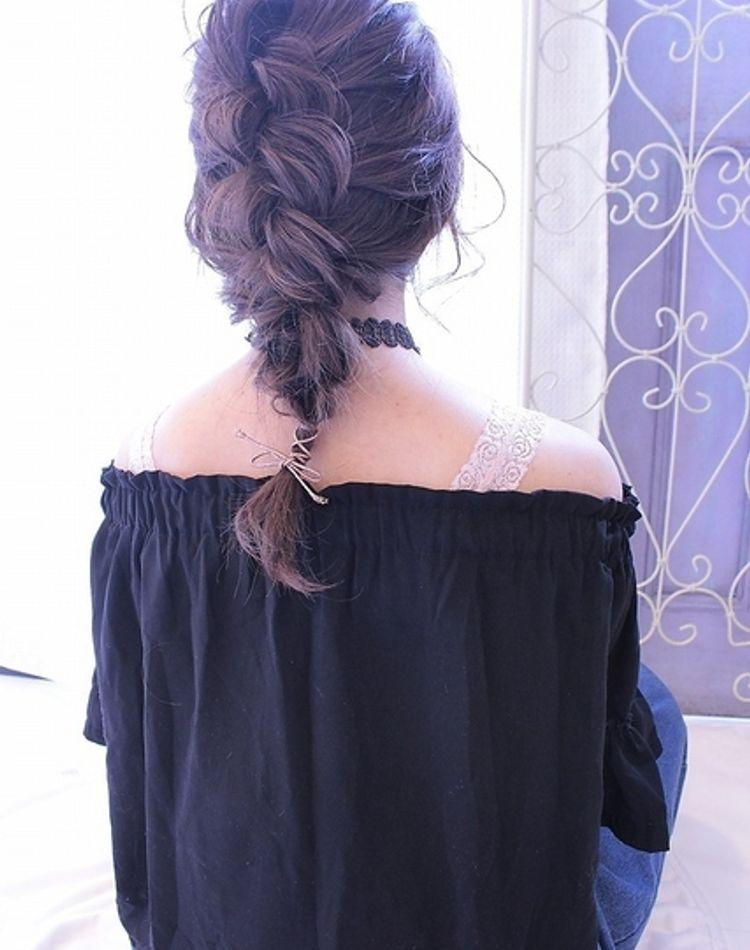 編み下ろしで後ろ姿を華やかに。おすすめのヘアアレンジ9選
