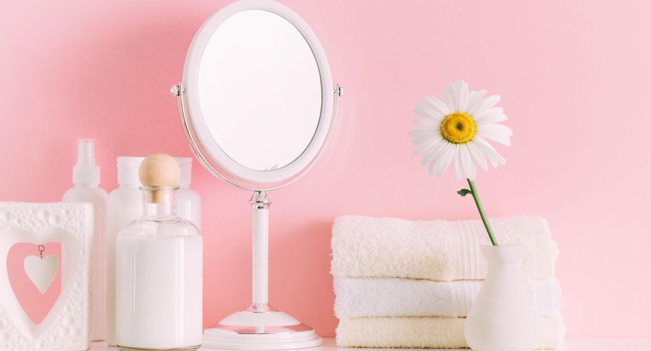 鏡の掃除は新聞紙や歯磨き粉でできる!汚れの原因や掃除方法をご紹介