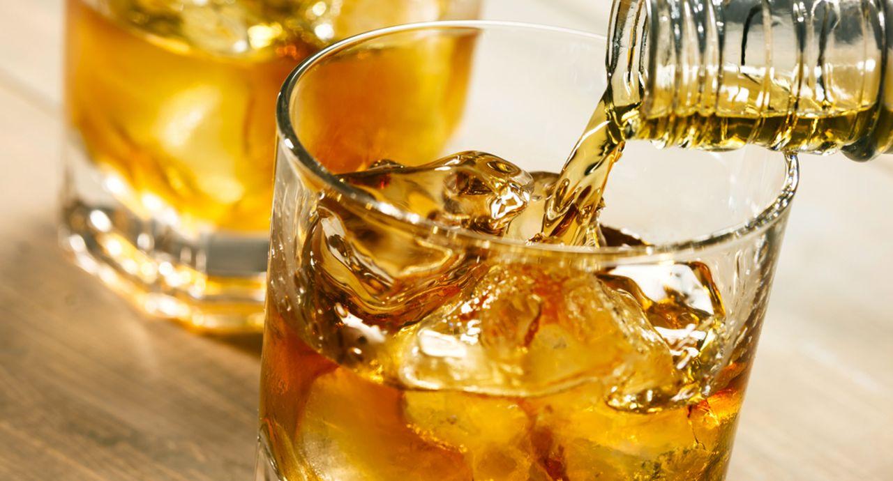美味しい水割りの作り方は?お酒の種類別に作り方を詳しく解説