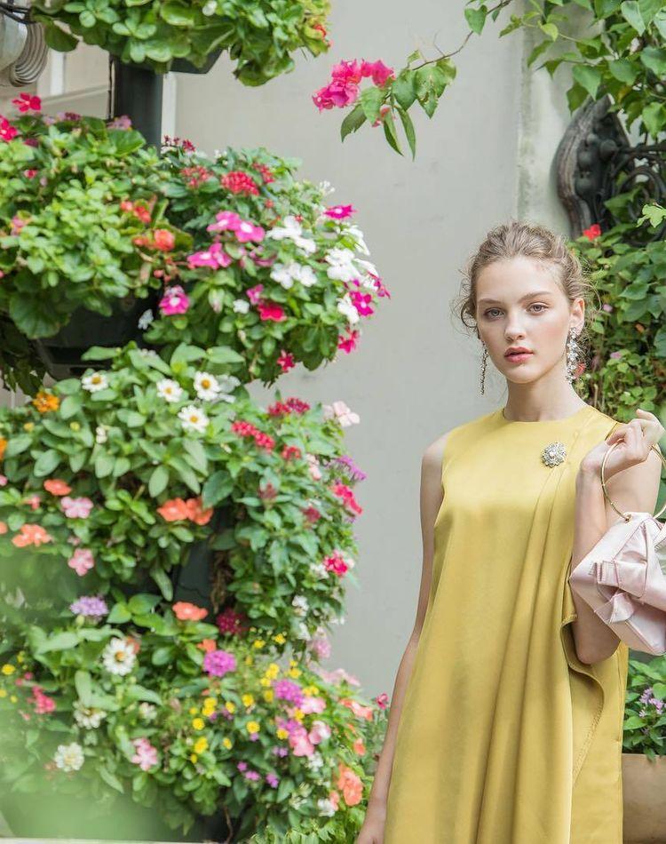ガーデンウェディングのゲストや親族の服装は?マナーや季節別の服装